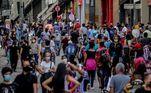 SP - COVID-19 SAO PAULO, REABERTURA COMÉRCIO SHOPPING - CIDADES - COVID-19 SAO PAULO, REABERTURA COMÉRCIO SHOPPING - Movimentação na Ladeira Porto Geral na região da rua 25 de Março no final da manhã desta quinta-feira 11, quando aconteceu a reabertura das galerias populares, houve grande fluxo de pessoas nas ruas o que gerou preocupação por conta das aglomerações, que ajudam a proliferar a COVID-19. 11/06/2020 - Foto: SUAMY BEYDOUN/AGIF - AGÊNCIA DE FOTOGRAFIA/AGIF - AGÊNCIA DE FOTOGRAFIA/ESTADÃO CONTEÚDO