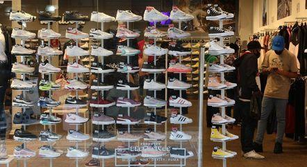 Roupas e calçados puxaram queda do comércio em junho