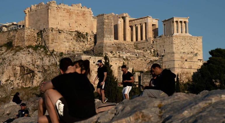 Na Grécia, o uso de máscara é obrigatória na Grécia em todos os ambientes, o que nem sempre é respeitado
