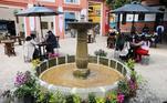 Já na capital do país, os restaurantes se adaptaram ao distanciamento social para funcionarem, colocando suas mesas para fora do restaurante.Um grupo de pessoas consome comida ao ar livre na praça conhecida como Chorro de Quevedo, na região central de Bogotá