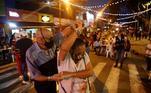 Muitas pessoas aproveitaram para conhecer o projeto de reativação com mesas nas ruas, na foto, um casal dança salsa durante o evento