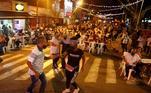 Um grupo de pessoas dança nesta quinta-feira (3) nas ruas do tradicional parque da Alameda de Cali, durante um projeto piloto para reativar as baladas e os bairros dos bares em Cali, na Colômbia