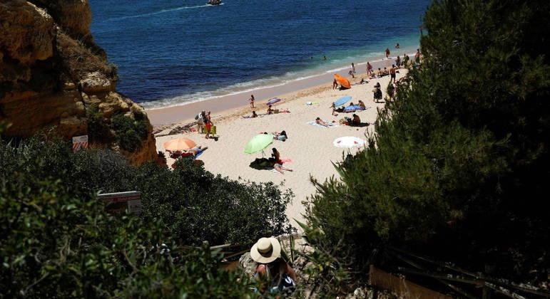 Em Portugal, nas praias e piscinas, deve-se respeitar a distância mínima de três metros