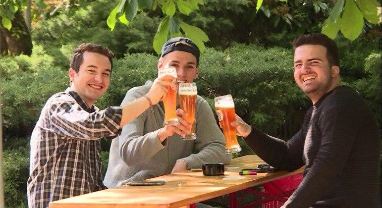Amigos reunidos em Berlim comemorando a reabertura dos estabelecimentos, em 21 de maio