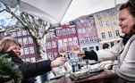 A capital da Dinamarca, Copenhague, voltou a registrarares de normalidade após a reabertura de museus, cafés, bares, restaurantes eshoppings nesta quarta-feira (21). Apesar disso, medidas de prevenção contra acovid-19 continuam valendo na cidade, bem como em todo o país*Estagiária do R7 sob supervisão de Pablo Marques