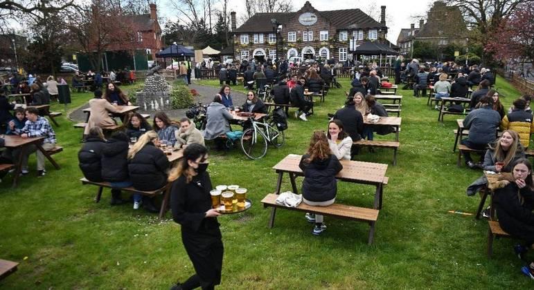 Clientes em um pub no sul de Londres no dia da reabertura dos bares e restaurantes