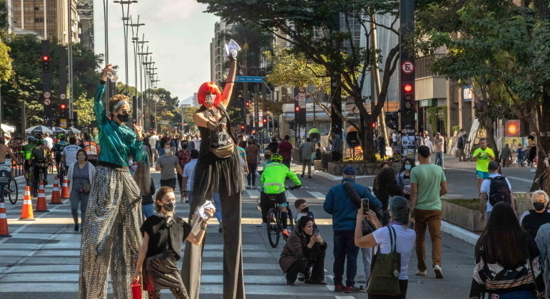 Avenida Paulista, em São Paulo, fica cheia na reabertura após mais de um ano fechada