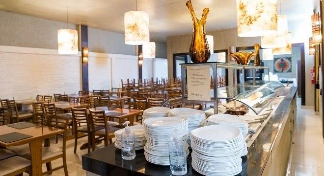 Restaurante na Vila Olímpia, em São Paulo, se prepara para reabertura.
