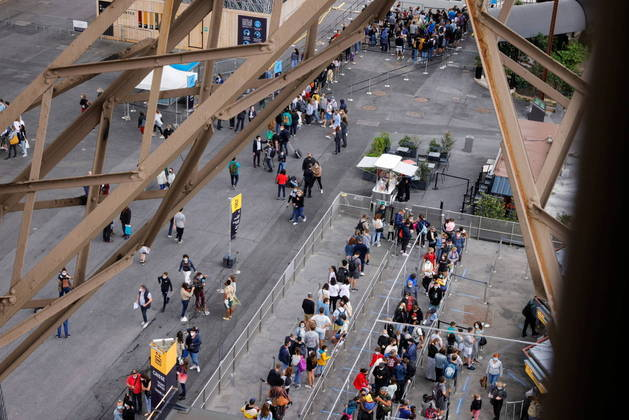 A partir da próxima quarta-feira, como todos os locais públicos que acolhem mais de 50 pessoas, na França, a Torre Eiffel exigirá que os visitantes com mais de 18 anos apresentem um atestado de saúde