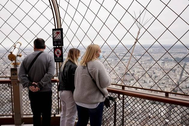 O monumento recebeu os primeiros turistas a partir das 12h45 (horário local, 7h45 de Brasília) com capacidade reduzida a 50%, principalmente na utilização de elevadores, o que significará cerca de 13 mil turistas por dia