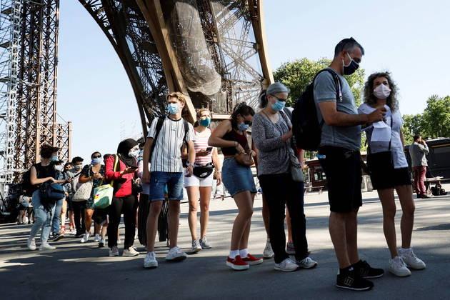 A Torre Eiffel, em Paris, reabriu as suas portas ao público nesta sexta-feira (16) após oito meses fechada devido às restrições por conta do coronavírus, e a partir da próxima quarta será necessária a apresentação de um atestado médico para a visita