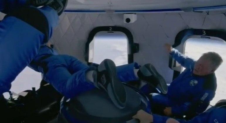 Passageiros aproveitaram para brincar com a microgravidade