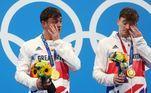 Rolou lágrimas em dose dupla. Thomas Daley e Matty Lee, da Grã-Bretanha, choraram ao receber o ouro do nado sincronizado