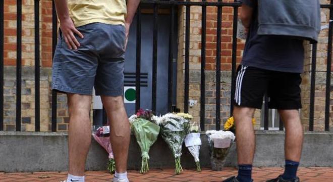 Homenagens às vítimas são feitas próximas ao local do atentado