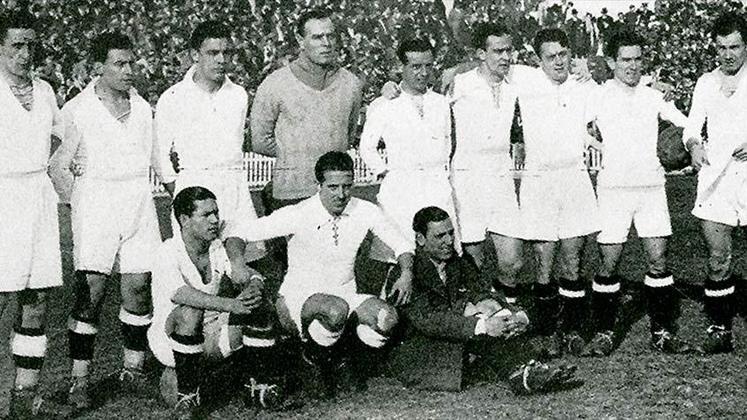 Real Madrid - Nos anos 30, a equipe merengue conquistou o título do Campeonato Espanhol, na temporada 1931/32, de forma invicta