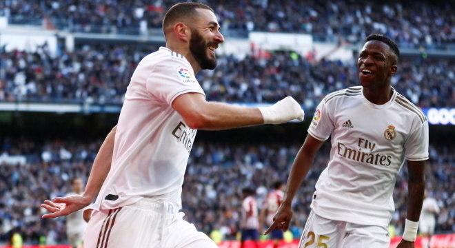Benzema comemora gol que teve a participação de Vinícius Júnior (à dir.)