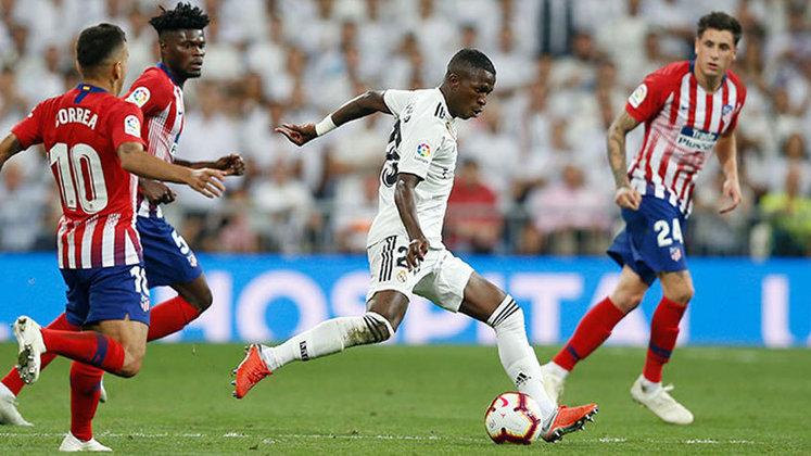 Real Madrid x Atlético de Madrid - La Liga 2018/2019 - Gimenez teria cometido penalidade em Vinícius Jr. Mas o toque do defensor no brasileiro foi fora da área, e o VAR não flagrou a irregularidade. A equipe Colchonera também reclamou de gol anulado de Morata e pênalti não marcado por Casemiro.
