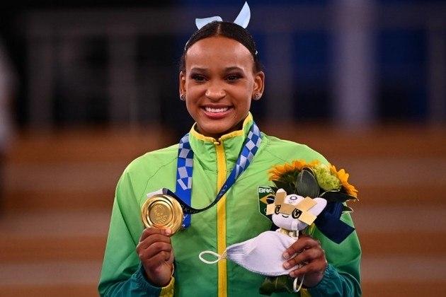 Rebeca Andrade continua escrevendo o seu nome na história das Olimpíadas. A ginasta, de 22 anos, conquistou a medalha de ouro na final do salto e derrubou o favoritismo americano. Foi a segunda medalha de Rebeca em Tóquio, que ainda tem a final do solo pela frente.
