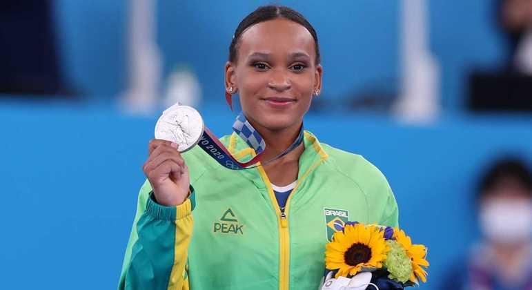 Rebeca Andrade mostra a medalha de prata na ginástica de Tóquio