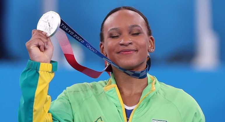 Rebeca Andrade mostra a medalha de prata que ganhou na Olimpíada de Tóquio