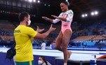 Rebeca Andrade é cumprimentada pelo seu técnico Francisco Porath