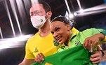 Rebeca Andrade comemora o ouro com seu treinador
