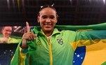 Rebeca Andrade comemora a medalha de ouro no salto