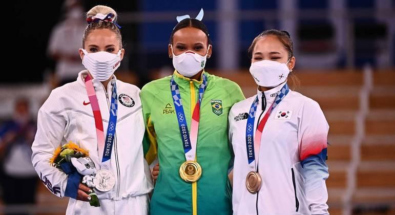 Rebeca Andrade ganhou a medalha de ouro na prova do salto; a norte-americana Mykayla Skinner foi prata e a sul-coreana Seojong Yeo foi bronze LOIC VENANCE / AFP