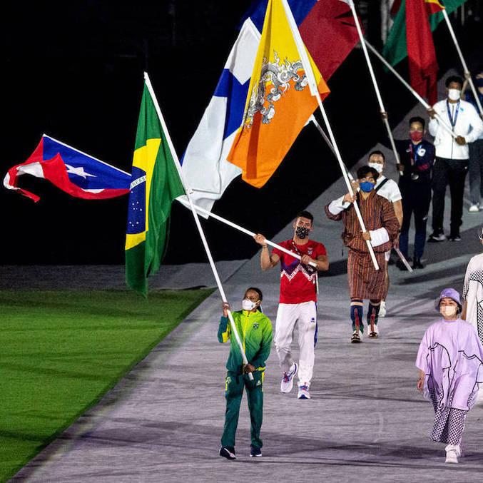 Rebeca Andrade foi a porta-bandeira do Brasil na cerimônia de encerramento