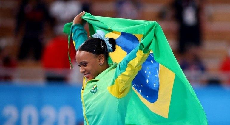 Rebeca comemora com a bandeira do Brasil o ouro nos Jogos Olímpicos