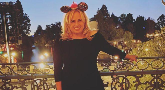 Após jantar luxuoso, Rebel Wilson e seus convidados passearam por uma Disney vazia