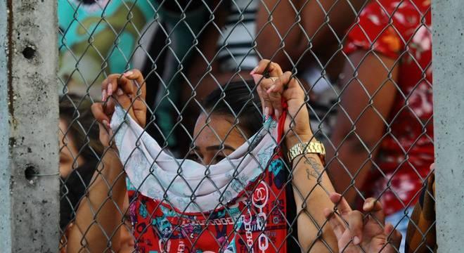 Familiares choram a morte de parentes no Complexo Penitenciário de Manaus