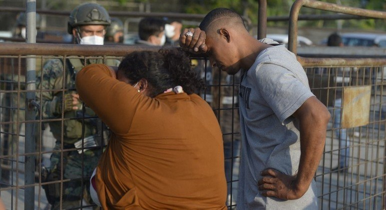 Famílias buscam por notícias de parentes presos no Equador