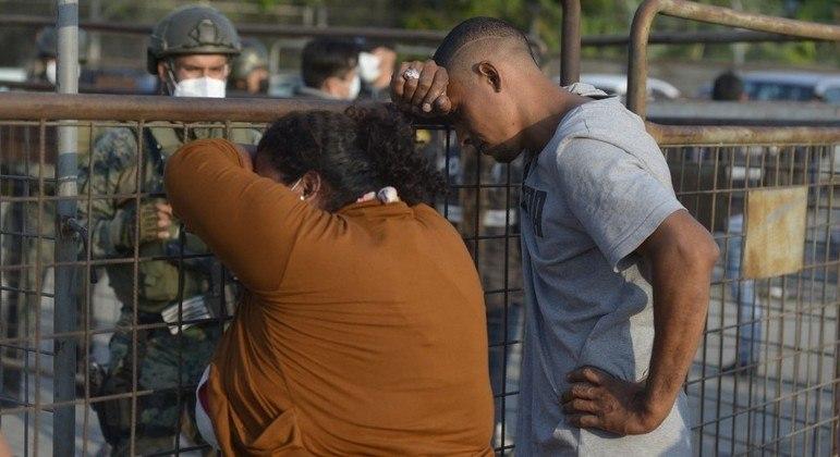 Famílias buscam informações de parentes presos