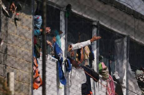 Prisioneiros nas janelas após a rebelião na penitenciária Modelo