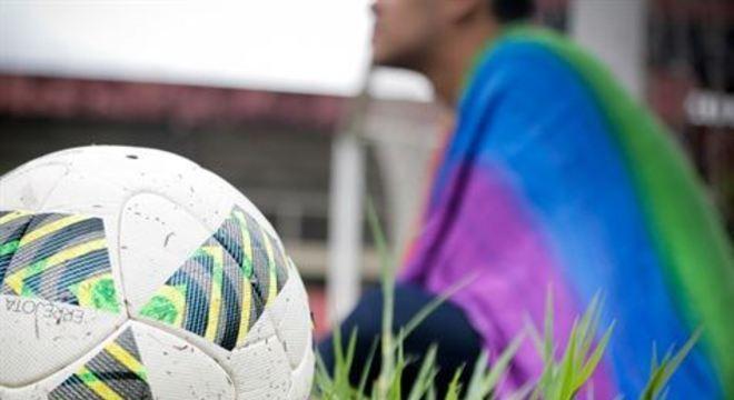 Receio de violência insiste em inibir LGBTs no futebol, mas corrente para desconstruir preconceito se fortalece