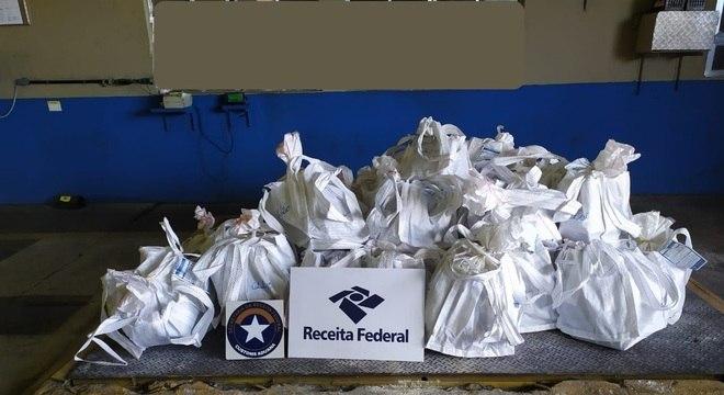 Receita Federal apreende quase duas toneladas de cocaína em Santos