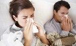 Como distinguirpneumonia de sinusite? A sinusite é caracterizada pelo acúmulo de secreçãonos seios da face, com sensação de piora ao deitar. Outros sintomas são tosse,congestão nasal, febre e dor de cabeça. A pneumonia pode surgir após um quadrode sinusite e vai gerar maior comprometimento do quadro geral, com sintomascomo febre alta, dor torácica, e falta de ar