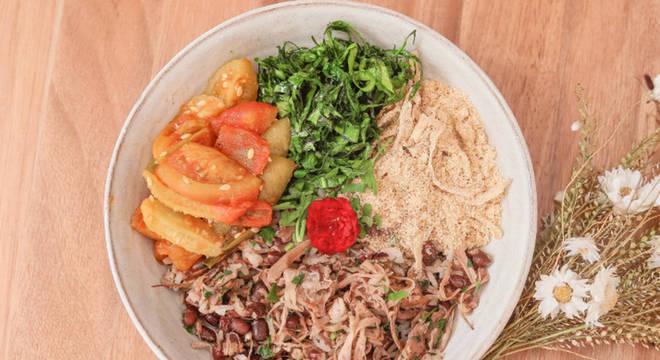 Maxixe refogadinho acompanha o baião de dois vegano, feito com arroz, feijão e carne de jaca