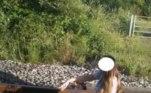 O casal foi flagrado pelas câmeras de segurança da estação de trem posando para fotos nos trilhos no meio do dia, durante o funcionamento da ferroviaLEIA MAIS:Encanador flagra aranha-caçadora dentro de protetor auricular