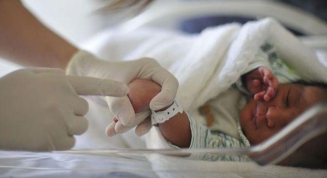 O teste da linguinha é realizado no recém-nascido e verifica se ele tem língua presa