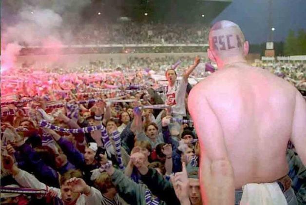 Recentemente, a liga de futebol da Bélgica afirmou que os torcedores poderão retornar aos estádios progressivamente a partir de setembro. Dependendo da capacidade dos estádios, serão permitidos entre 400 e cinco mil pessoas. Na foto, a torcida do Anderlecht.