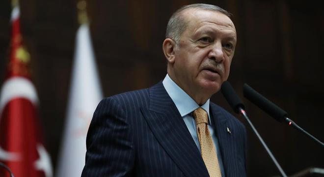 Presidente da Turquia, Erdogan foi satirizado em charge de revista francesa