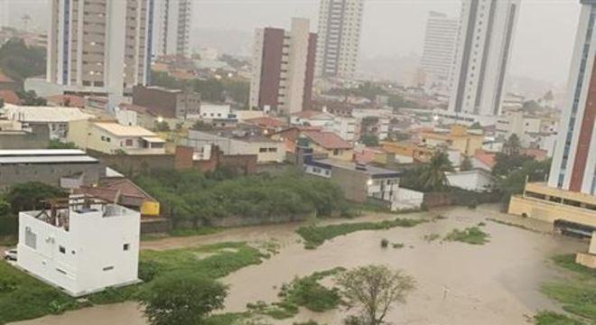 Recife, Igarassu, Cabo de Santo Agostinho e Caruaru registraram ocorrências causadas pela chuva, de acordo com a Defesa Civil de Pernambuco