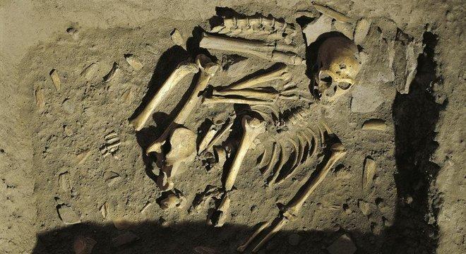 Evidências apontam que os neandertais também enterravam seus mortos, outro ritual cultural que indica um 'comportamento simbólico complexo'Reconstituição de um túmulo neandertal