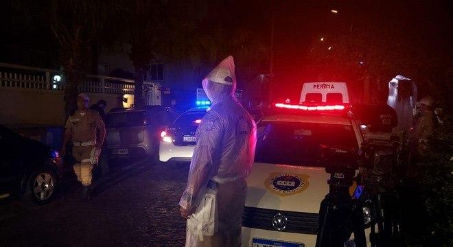 Área em frente à casa da deputada Flordelis é isolada para a reconstituição do assassinato