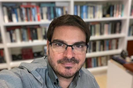 Rodrigo é formado em Economia pela PUC-RJ