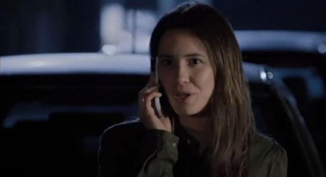 Zoe se disfarça e consegue se comunicar com Felipe