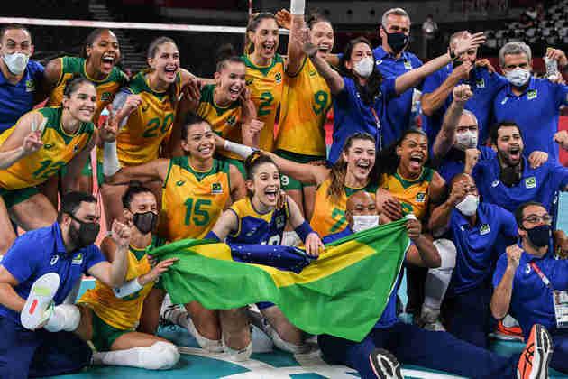 RECORDE - Com a vaga na final do vôlei feminino, o Brasil bateu o seu recorde de medalhas em uma edição de Olimpíadas. Em Tóquio, o Brasil já possui 16 medalhas e tem outras quatro garantidas: duas no boxe, uma no futebol masculino e uma no vôlei feminino. Sendo assim, já são 20 medalhas, superando a marca de 19 no Rio de Janeiro, em 2016. A delegação brasileira ainda tem chance de bater o recorde de medalhas de ouro (7), já que possui 4 ouros em Tóquio e tem quatro finais para disputar, além do hipismo por equipe que também está na final.