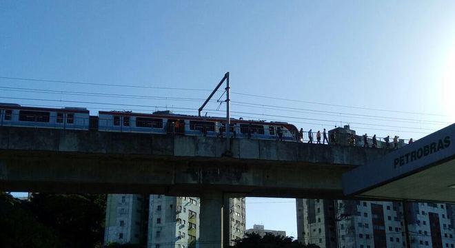 Passageiros caminham em linha do Metrô em Salvador depois de apagão